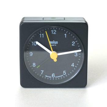ニューヨーク近代美術館の展示品を元に再現されたシンプルな目覚まし時計。時計のほかに電卓なども手がけるドイツの有名ブランド「BRAUN」のアイテムです。コンパクトながら目盛りがしっかり見えて時間もわかりやすい、バランスの整った所が魅力♪「小さな名作」と言われるのも納得ですね。
