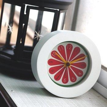 スライスしたスイカやお花をイメージしたキュートなデザインのアラーム付き時計です。インテリアのアクセントとして、お部屋の魅力を引き出してくれそう♪