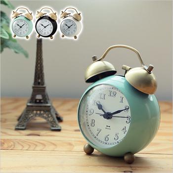 丸みのある形がころんと可愛らしい目覚まし時計です。白抜き数字の文字盤が適度な抜け感を出してくれていますね♪デザインはクラシカルですが、バックライト付きで機能も充実!