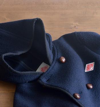こちらは、レディースサイズのみの展開のダブルタイプのフードジャケット。 特徴でもあるレザーのくるみボタンがアクセントになった、より可愛らしいデザインです♪