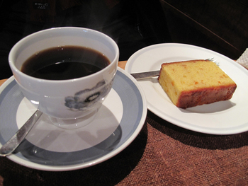 美味しいと評判のコーヒーはオーナーの知人が経営する「荻原珈琲」のもの。丁寧に炭火で焙煎されたコーヒーは香り高く奥深い味わいです。