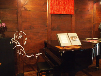 カフェスペースにはグランドピアノが常設されており、コンサートやライブなどのイベントも行われています。趣のある蔵の空間で音楽が楽しめるなんて素敵ですよね。