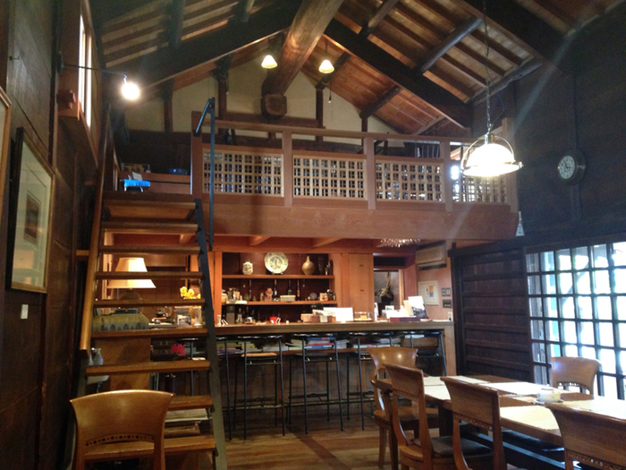 蔵の中は木のぬくもりに溢れ「お茶を飲みながら楽しい時間を共有できる場所に」というオーナーの思いが込められた空間になっています。建物の歴史を体で感じられる落ち着いた雰囲気です。