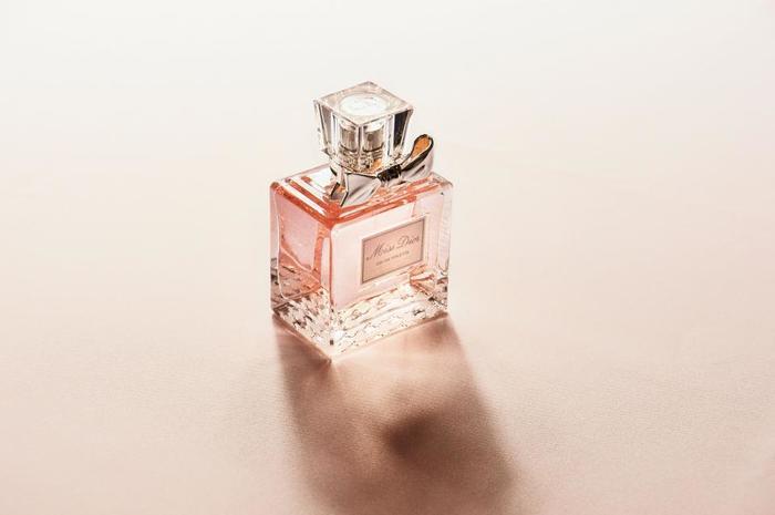 香水はアトマイザー等で吹き付けるタイプが一般的なのに対し、練り香水は塗るタイプ。量を調整しやすいというメリットもあります。