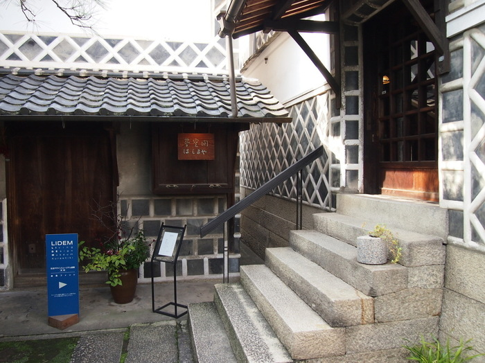 140年前の米蔵を改装したカフェ「夢空間はしまや」。平成8年に「楠戸家住宅」が文化庁の「文化財登録原簿」に岡山県第一号として登録されたのを機に作られたそう。主屋で明治2年に創業した呉服店が現在も営業しているので、のぞいてみるのもおすすめです。