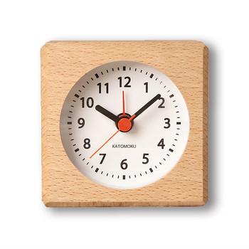 こちらは、四角い木片の中に時計がぎゅっと埋め込まれたような、ナチュラルで可愛らしいデザインのアラーム付き時計です。ちょっとだけ仮眠をとりたいお昼寝時に、側に置いたり握り締めて眠るのも良いですね。