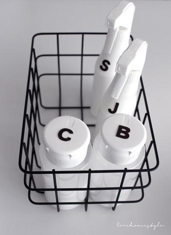 こちらは、セスキ水と除菌剤はスプレーボトルに保管し、重曹とクエン酸は粉のまま保管しているというお掃除セットです。シンプルな容器に一文字だけアルファベットが入っているのもお洒落です。