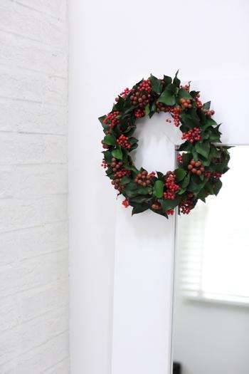 赤い実がクリスマスらしいこちらのリース。実はプリザーブドフラワーでできていて、すでに4回も使われているそう。天然素材のクリスマスリースは触ると実が落ちてしまいますが、大切に扱おうという気持ちが湧いてきます。