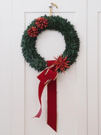 ひいらぎをぎゅっと集めたクリスマスらしいリースです。赤とゴールドの太めのリボンがゴージャスな雰囲気です。