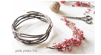 花材が少ないときは、ネックレスのような半月型に仕上げるのもいいですね。ベースのツルにお花を麻紐とグルーガンで固定します。