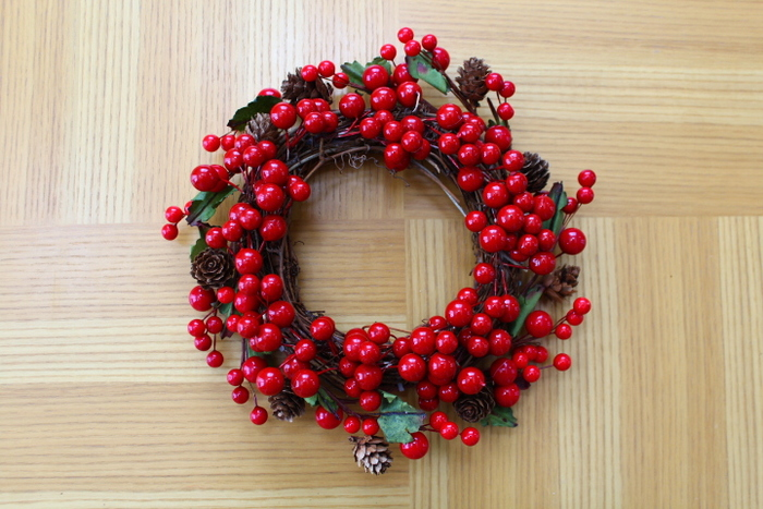細かくグリーンや松ぼっくりが入ることで、豪華なイメージに仕上がりました。クリスマスらしい雰囲気のリースですね。