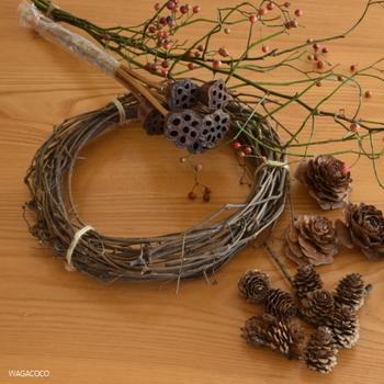 秋の素材をたっぷりと使ってリースに仕上げていきます。秋は可愛らしい実がたくさんあるので、見栄えのいいリースになりますね。