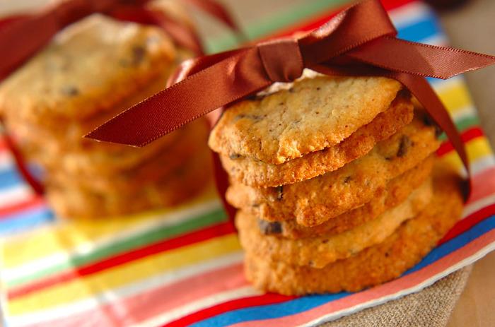 ダークチョコレートを大き目に砕いたものがたくさん入ったクッキー。生地を型でくりぬくのではなく、スプーンで落として焼き上げるので、簡単。少々形がいびつでも気にしないで。大き目に作るほうがよりアメリカンな雰囲気が出ますよ。