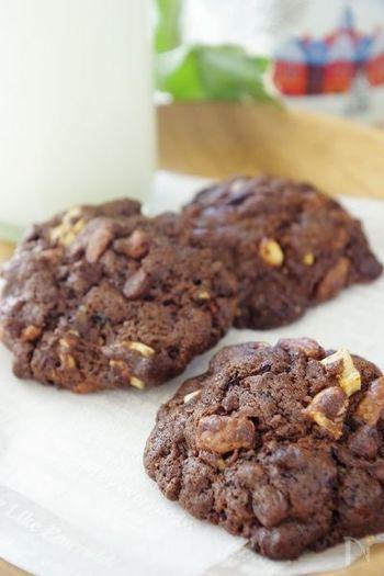 チョコレートの他にココアパウダーやスパイスを加えて、ただ甘いだけではない、スパイシーな大人向けのチョコチップクッキーが出来上がりました。チョコ好きな男性やお友だちにプレゼントすれば、とても喜ばれそうです。