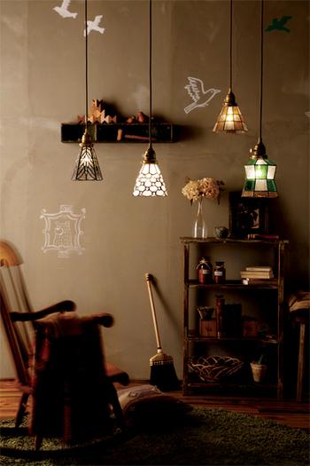 お部屋の雰囲気づくりのアイテムとして、こんなペンダント照明はいかがでしょうか?ステンドグラスの優しい色合いも可愛く、明かりをつけると、アンティークなシェードのデザインが淡い陰影を作り出してくれます。