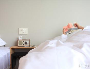 コンパクトサイズの目覚まし時計は、ベッドサイドのテーブルに置かれたオーディオの上など、小さなスペースにも設置できるから場所を取らなくて便利♪インテリアにもしっくり溶け込みます。白もまた素敵ですね!