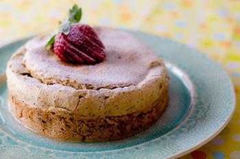 レモンの酸味とポピーシードのプチプチとした食感が特徴的なレモンポピーシードケーキ。甘党ではないという方にも、さっぱりしているのでおすすめなケーキです。