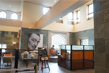 この美術館では、サルバドール・ダリやパブロ・ピカソといったシュルレアリスムのアーティストの作品を見ることができます。中でもダリの作品は多く、アメリカやスペインにあるダリ美術館に並ぶ作品数を所有しているそう。
