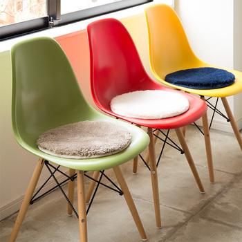 さらに小さいサイズなら、こんな風に椅子に敷くのもおすすめです。座った時のひんやり感がなくなり、見た目の可愛さもUPします。裏に滑り止め加工がしてある物を選ぶと、座り心地が良くなりますよ。