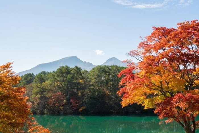 磐梯山は、五色沼の毘沙門沼と瑠璃沼から見ることができます。荒々しい外観が特徴的な磐梯山は、とても迫力があります。
