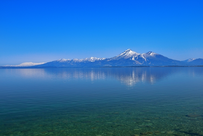 磐梯山全体を眺めるのにおすすめのスポットは、猪苗代湖(いなわしろこ)。壮大な広さを持ち、余計なものが一切ない猪苗代湖から見る磐梯山は、とても存在感があって綺麗です。晴れた日には、湖に映る磐梯山も見ることができるので、ぜひ一度訪れてみてくださいね。