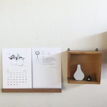絵柄が豊富なポストカードサイズのカレンダーは、小物といっしょに壁面に飾りたいアイテム。ウォールラックが素敵。
