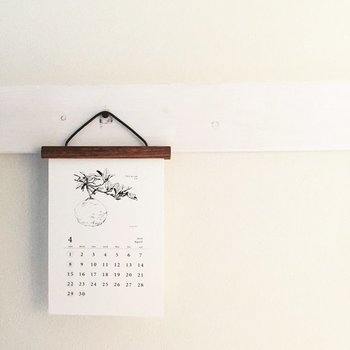 お気に入りのカレンダーが見つかったら「どう見せるか」イメージしてみましょう。飾り方で雰囲気が変わるので、掛けたり吊るしたり棚に置いてみて、お部屋全体のイメージに合わせてみて。ちょっとひと手間加えることで馴染みよくなる場合がありますよ。