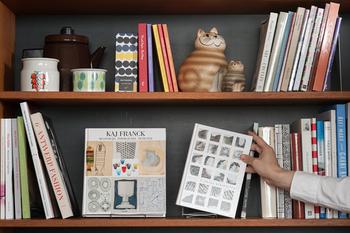 「ギブソンホルダー」を使えば、きれいな表紙の本も書店のディスプレイのように飾って収納することが可能。写真集や絵本など、お気に入りの本を立てかけて。
