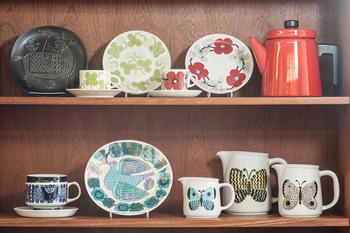 本の他にお皿のディスプレイにも役立ってくれます。重ねてしまってしまうのはもったいない素敵な絵皿は、ぜひ立てかけて目で楽しめるようにしましょう。