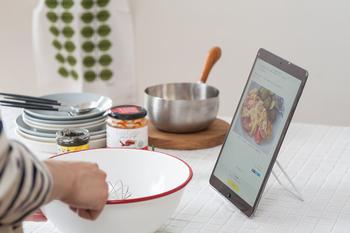 例えばお料理の最中など・・・好きな角度でホールドできるから、見やすい角度で手元に置くことができます。