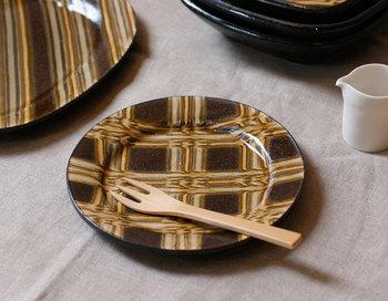 「伊藤丈浩」の「益子焼スリップウェア 丸皿(三重網)」は渋さとモダンさを両立した一枚。普段使いはもちろんのこと、お気に入りの一枚として飾るのも素敵です。