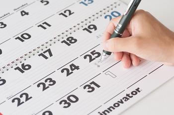 デザインの美しさだけでなく、罫線が入っているので使い勝手の良いカレンダーです。家族ごとの予定を書き込んでも良いですね。