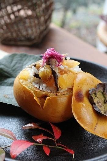 柿の実をくり貫いたら、すし飯を詰めてつくるおしゃれな一品。グリルにすると、皮まで香ばしく美味しくいただけるそう。ぜひ、秋の季節に試してみたいですね。