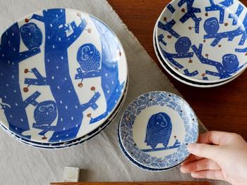 「倉敷意匠」の「kata kata 印判手七寸皿 ふくろう」(写真左)は印判手の独特なタッチが趣ある一枚。食器としてはもちろんのこと、飾っても楽しめるデザインです。