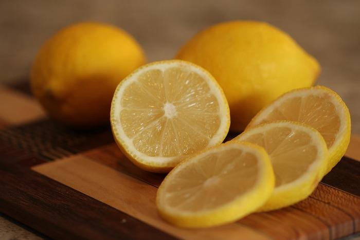 おすすめは、電子レンジのお掃除。レモン水をレンジで沸騰させると、レンジの中の汚れを浮き立たせてくれるんですよ。お料理などに絞ったあとの残りのレモンで十分なので、捨てずに活用してみてくださいね♪