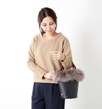 トレンドのバケツバッグをふわふわボリューミーなファーで縁取ったバッグ。落ち着いたマットな質感のカウレザーと美しい色合いのラクーンファーとの組み合わせがエレガントかつ華やかで、持つだけで気分が上がりそうです。内側には、ファスナーポケットが1つ、スリットポケットが2つ付いていて機能面もバッチリ。