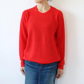 ゆったりとした身幅のセーターは、中厚手でシンプルなデザインを選びましょう。カジュアルやキレイめなど、どんなテイストにも気軽に合わせることができ、コーデに程よいリラックス感が生まれます。