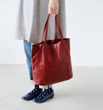 くたっとした柔らかいゴートレザーを使った落ち着いた印象のバッグ。普段使いにちょうどいい大きさで、中敷を使用すればたくさんの荷物を入れることできます。使いはじめからこなれた雰囲気を楽しめますが、使い込んでいくうちにより艶やかに変化していきます。