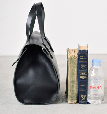 圧倒的なマチ幅で小さいながらも抜群の収納力!分厚い本やペットボトルも持ち運べます。内側には自由に取り外せる巾着が付いているので小物の収納もお手のもの。