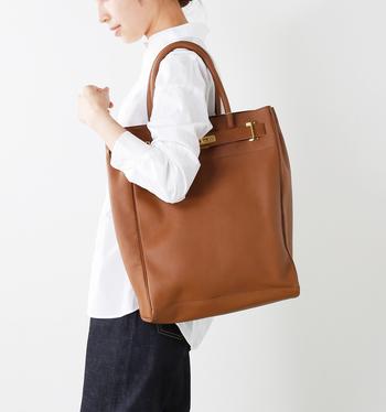 大きめのレザートートはどうしてもかしこまった印象になりがちですが、こちらのバッグはあえて底板や底鋲を付けずにラフに仕上げています。どんなコーディネートにもフィットしてくれるので、毎日気軽に持つことができます。