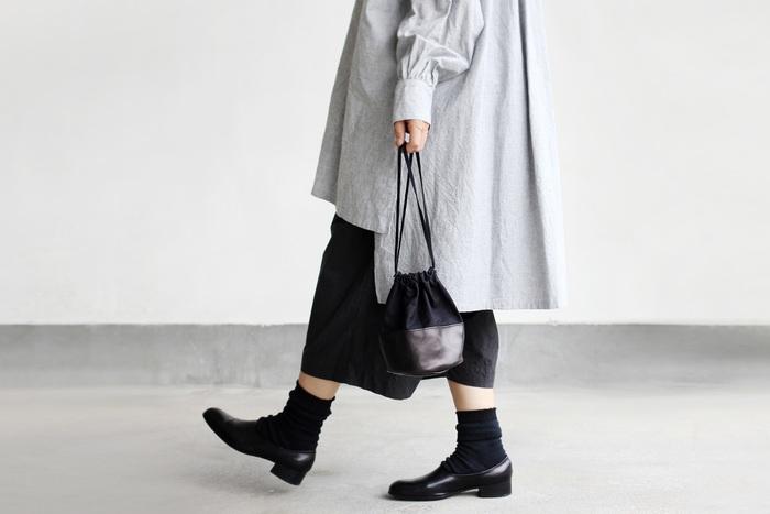 ワードローブにひとつあると安心なのがレザーのバッグ。ON/OFF問わず大活躍してくれるレザーバッグは、大人の女性のマストアイテムと言っていいほど。クラッチやショルダー、トートバッグなどおすすめを幅広くセレクトしたので、長くつきあいたい頼れる相棒を見つけてくださいね。