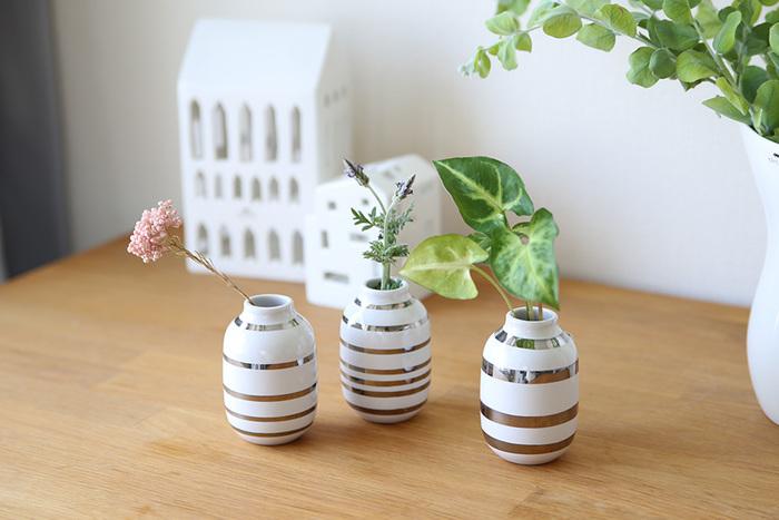 一般的には、「花瓶の高さ:花瓶から出る花+茎の長さ」が「1:1.5」が良いバランスの一つだといわれています。小さな一輪挿しも、このバランスを意識すると上手に飾れます。 道端で見つけた小さな草花も、3つ集まることでお互いの魅力が引き立ちます。
