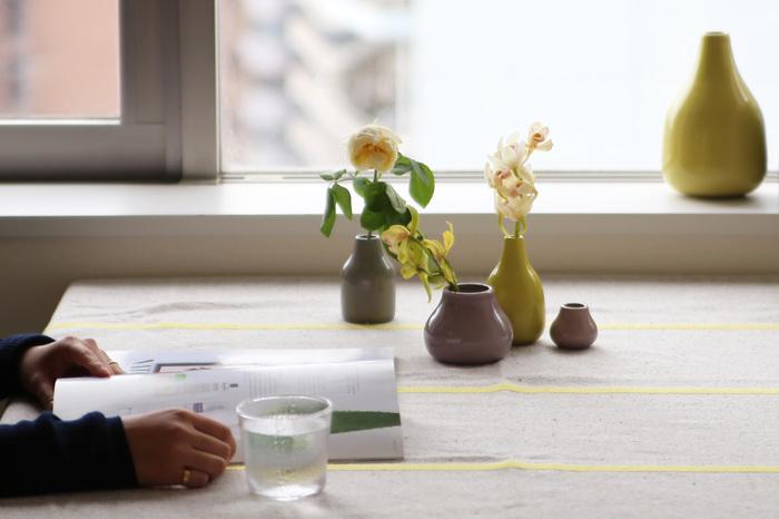 花・葉の形や、茎の長さと花瓶の相性次第で雰囲気が変わる一輪挿し。同じシリーズの形違い、色違いなら統一感がでて素敵な雰囲気が演出できます。