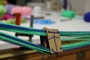 最低限カードと糸があれば作ることができます。糸の束を手前側と奥側で固定し、クルクルとカードを回し織っていきます。