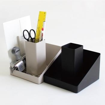 メモとペンはセットにしておくことが基本。デスク周りでは、ペン立てとメモ帳などをセットに収納できるデスクオーガナイザーで、ペンとメモ帳の定位置を決めておくと良いですね。