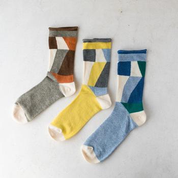 秋冬はトーンが落ち着いたコーデになりがちなので、足首からカラフルな靴下をチラリと覗かせる事でアクセントがつきます。