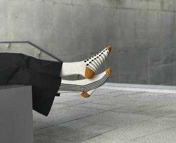 モノトーンのコーデの時には、色が入っているものや幾何学模様がアクセントになります。こんな靴下なら、靴を脱いだ時にもオシャレですよね。