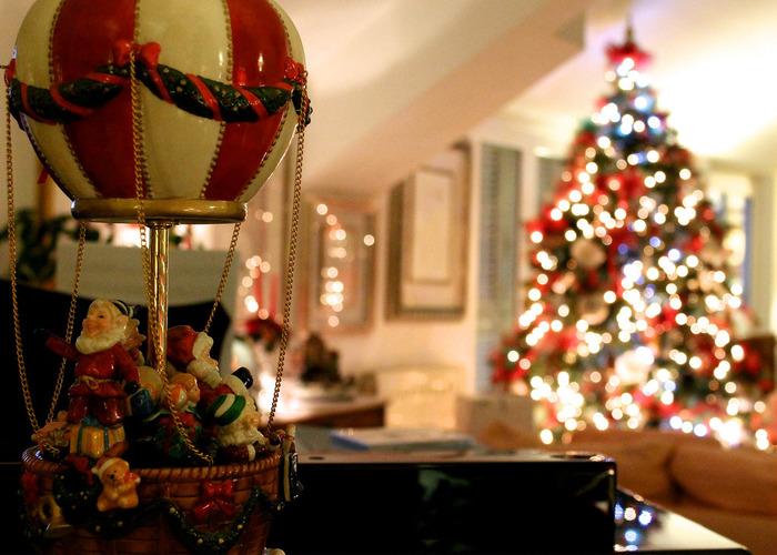 クリスマスの飾りつけは一人ではなく、家族と一緒にわいわい進めましょう。クリスマス気分が盛り上がるBGMを流しながらお掃除するのも楽しそう!