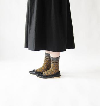 フラットシューズは靴下のデザインが目立つので、デザインが全体にあしらわれた靴下を選ぶと足元コーデが引き立ちます。女性らしい花柄の可愛さに胸キュンです♡