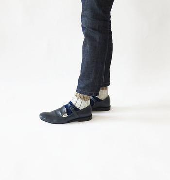 デイリーで活躍するデニムパンツ。タイトなデザインの時は、薄手の靴下を選ぶ事で足首をスッキリと見えます。ストラップシューズの隙間から見える靴下は、ベージュ、ホワイト、ブルーの3色に格子が描かれていますが、トーンが落ち着いているので違和感なくマッチしています。